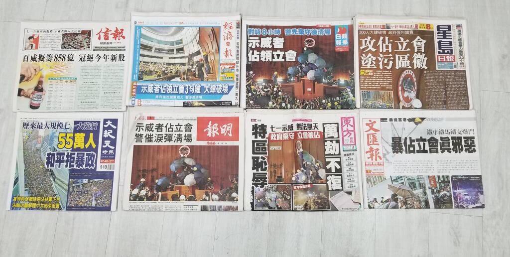 香港中文報紙7月2日的頭版紛紛報道香港七一大遊行的消息。(大紀元)