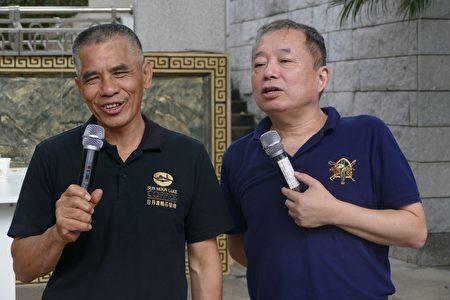 独得2支特等奖的咖啡农陈添镛(左),在活动会场分享咖啡栽培管理及后制经验。