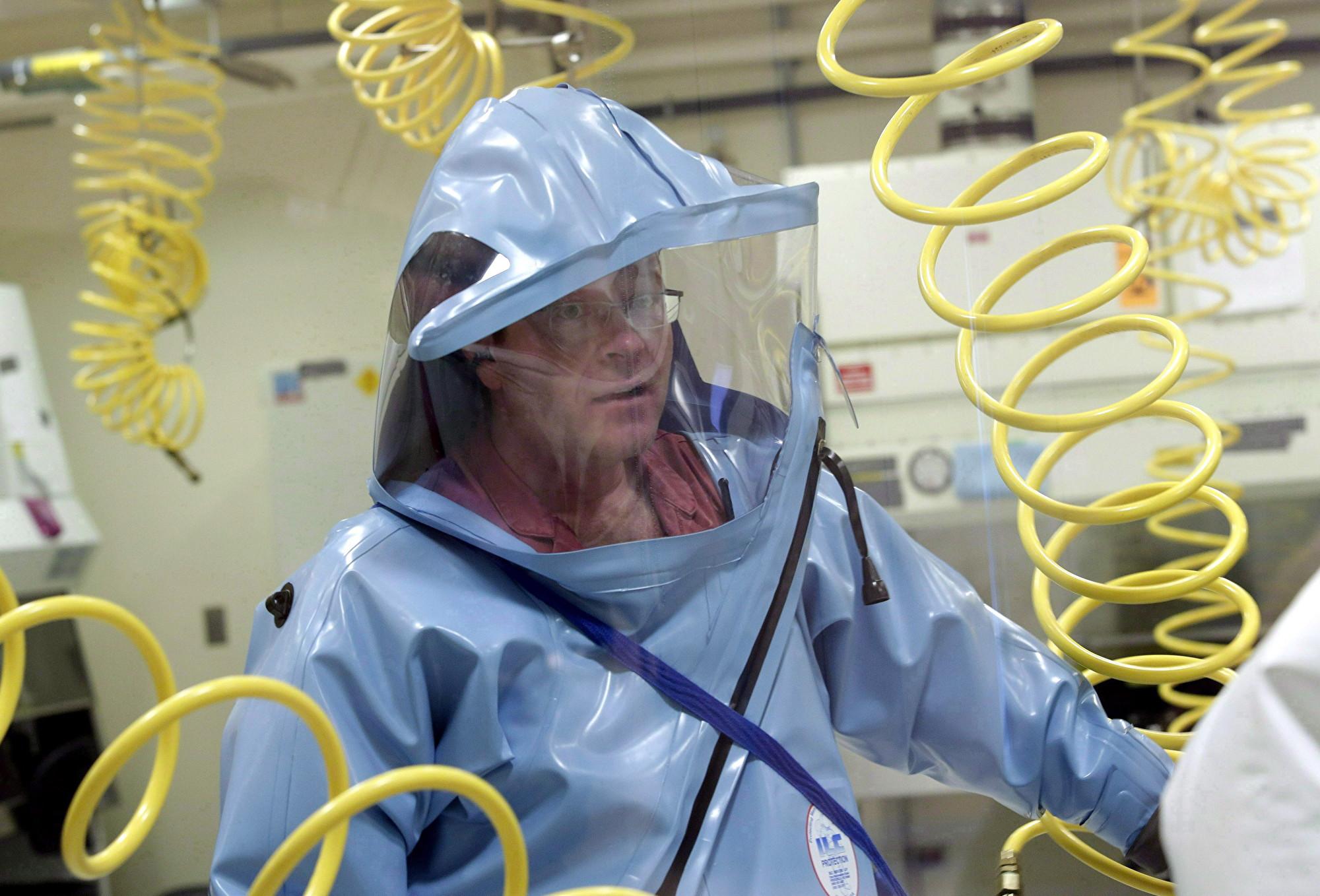 國家微生物實驗室是加拿大唯一一家處理最致命人類與動物疾病的4級安全級別病毒學實驗室。圖為:實驗室技術人員於2014年11月3日在實驗室做對抗埃博拉病毒的研究。 (加通社)