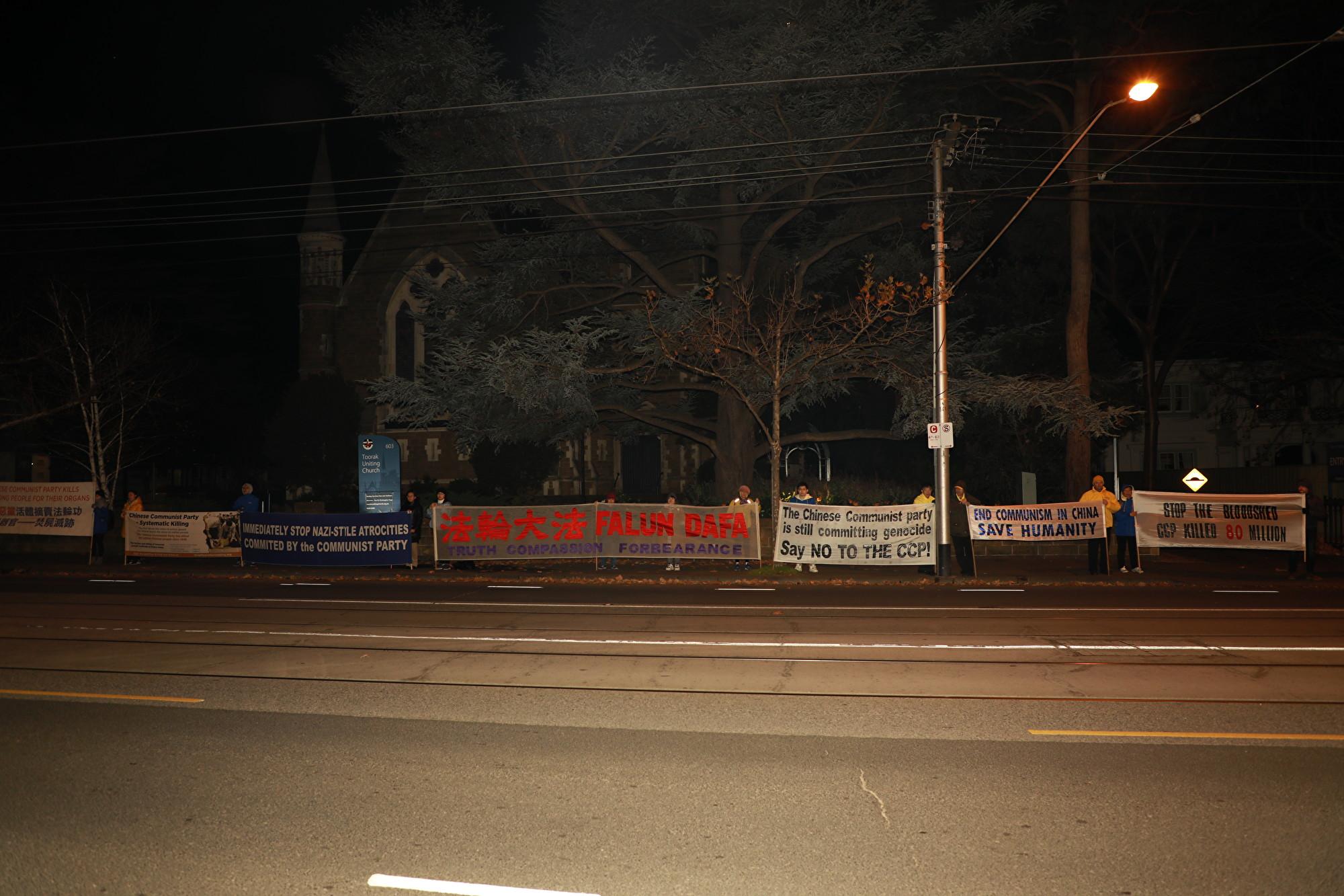 2019年7月20日晚,墨爾本百餘名法輪功學員齊聚中領館前,舉行燭光悼念活動。(Grace/大紀元)