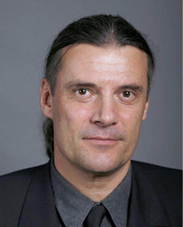 瑞士政治家、獲獎作家奧斯卡‧弗賴辛格(Oskar Freysinger)先生希望,法輪功學員在暴力對待下仍充滿希望。(維基百科)