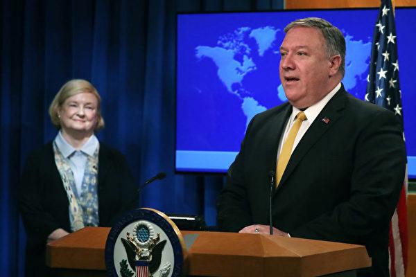 7月8日,美國國務卿蓬佩奧(Mike Pompeo)與哈佛法學教授瑪麗·安·葛蘭頓(Mary Ann Glendon)一同宣佈成立一個新的委員會。(Mark Wilson/Getty Images)
