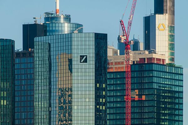 全球最大的投資銀行德意志銀行7月7日宣佈重組業務計劃,其中包括在全球裁員1.8萬人。圖為德意志銀行與德國商業銀行兩大銀行在法蘭克福的總部大樓。(Thomas Lohnes/Getty Images)