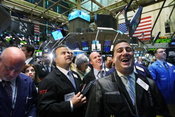 美股續受減息預期鼓舞再創新高。道瓊斯工業平均指數7月11日首次突破27,000點。 (Getty Images)