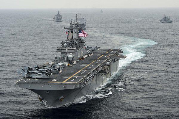 特朗普總統表示,美國海軍黃蜂級兩棲突擊艦拳師號(USS Boxer LHD-4)7月18日在霍爾木茲海峽(Strait of Hormuz)針對一架伊朗無人機展開行動,並將其銷毀。圖為USS Boxer。(MCSN Craig Z. Rodarte/U.S. Navy via Getty Images)