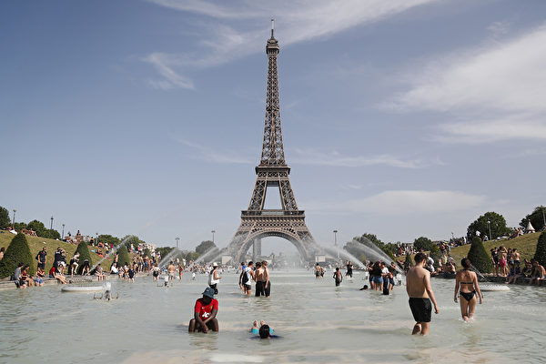 7月25日,西歐部份國家又一次創造新的高溫紀錄。法國拉響最高級別紅色警報。 (Zakaria ABDELKAFI / AFP)