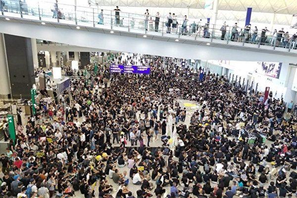 一群航空界職員發起7月26日在機場集會,抗議警方對反修例示威者採取不恰當暴力行為,以及政府和警方無視元朗有不法之徒隨機襲擊市民事件。(宋碧龍/大紀元)