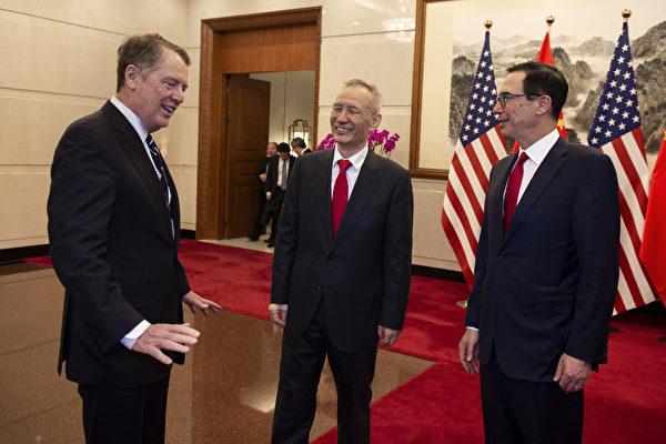 7月24日,白宮發佈聲明確認,談判將於7月30日開始,涉及七大議題。圖為美國貿易代表萊特希澤和財政部長姆欽3月29日在北京結束與中共副總理劉鶴的高級別貿易談判。(Nicolas ASFOURI and NICOLAS ASFOURI/POOL/AFP)