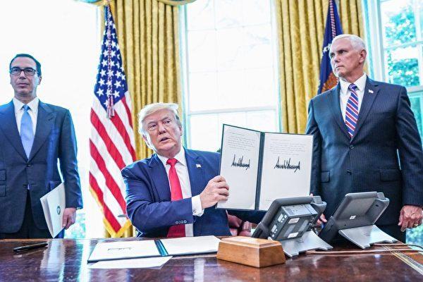 6月24日,美國總統特朗普簽署了行政令,對伊朗最高領導人進行嚴厲制裁。 (MANDEL NGAN/AFP/Getty Images)