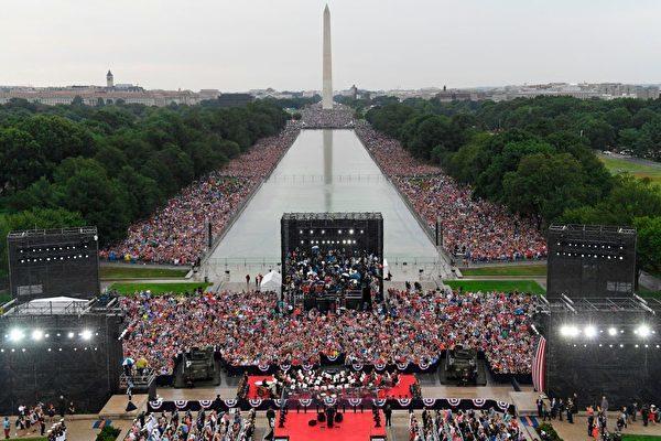 2019年7月4日,華盛頓DC的林肯紀念堂前舉行的美國獨立日慶祝活動。(SUSAN WALSH/AFP/Getty Images)