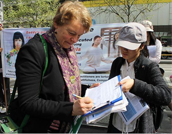 萊斯在呼籲澳洲政府立法制止活摘器官的請願信上簽名。(Lucy/大紀元)