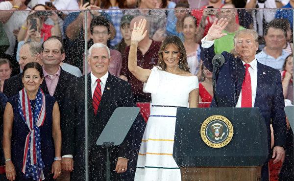 7月4日傍晚,美國總統特朗普和第一夫人及副總統彭斯和夫人在林肯紀念堂前,慶祝美國國慶日。 (亦平/大紀元)