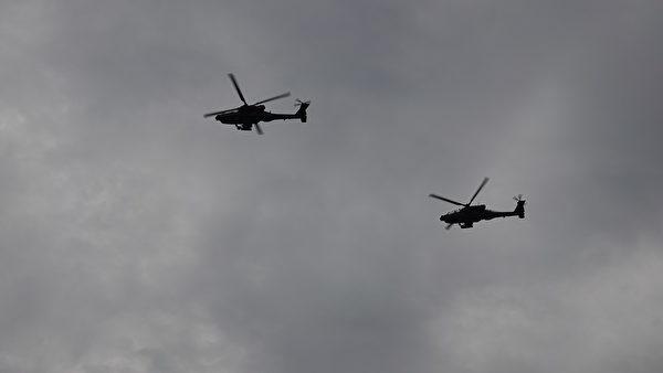 7月4日傍晚,在美國國慶日慶祝活動上,直升機飛過頭頂。(亦平/大紀元)