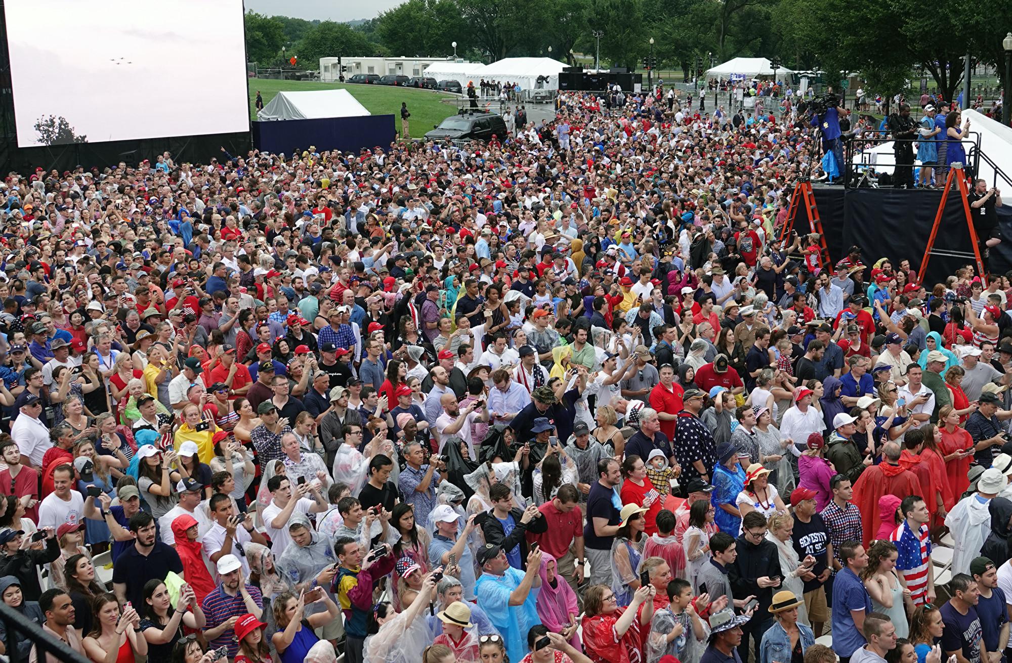 7月4日傍晚,數萬名來自美國各地的民眾聚集在林肯紀念堂前,慶祝美國國慶日。(亦平/大紀元)