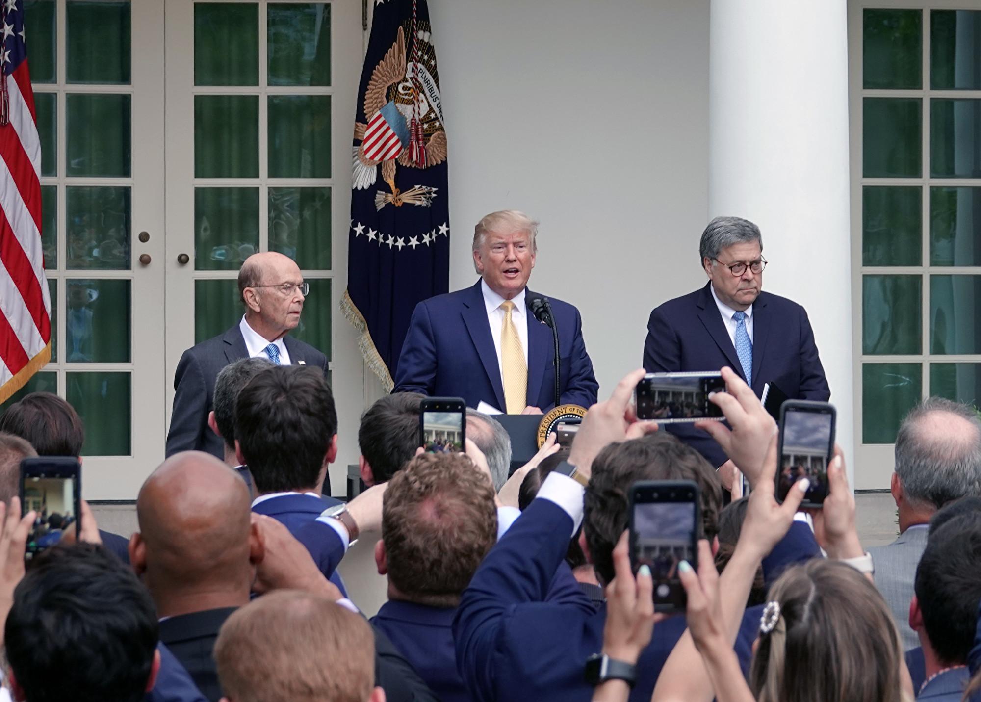 美國總統特朗普、商務部長羅斯、司法部長巴爾出席在白宮玫瑰園舉行的記者會。 (亦平/大紀元)