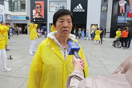 法輪功學員潘女士介紹勸中國遊客三退(黨、團、隊)的經驗。(余平/大紀元)