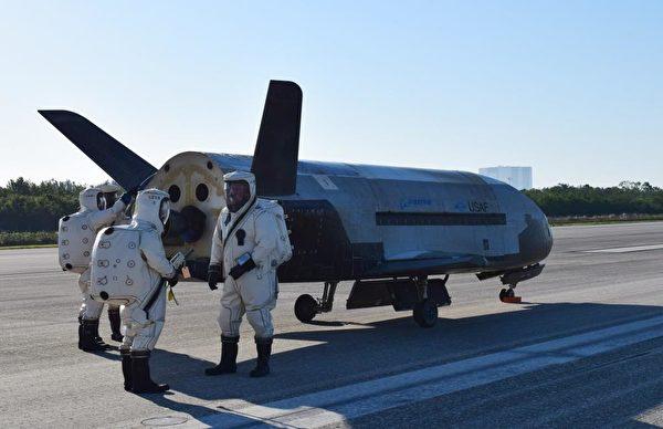 X-37B的運行軌跡如同蛋形,當它接近地球時,可足夠接近大氣層,然後轉向改變軌跡。(U.S. Air Force courtesy photo)
