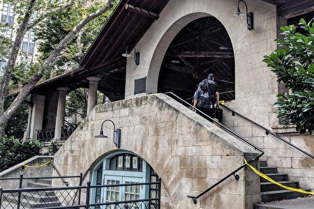 警方至哥倫布公園涼亭調查刺人案。