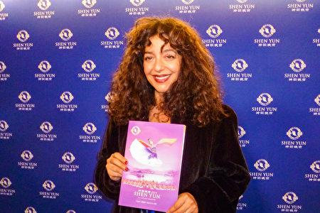 女中音歌唱家、演員、電台和電視主持人Julie Nesrallah,欽佩神韻的藝術總監。(周行/大紀元)