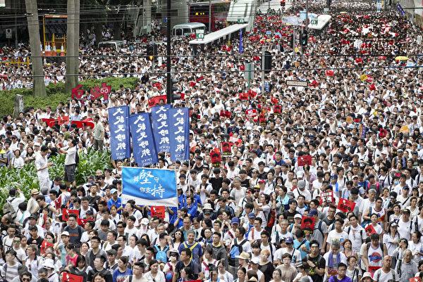 6月9日,香港,參加遊行的市民擠滿街道,抗議香港政府修訂逃犯條例,並要求林鄭月娥下台。(余鋼/大紀元)