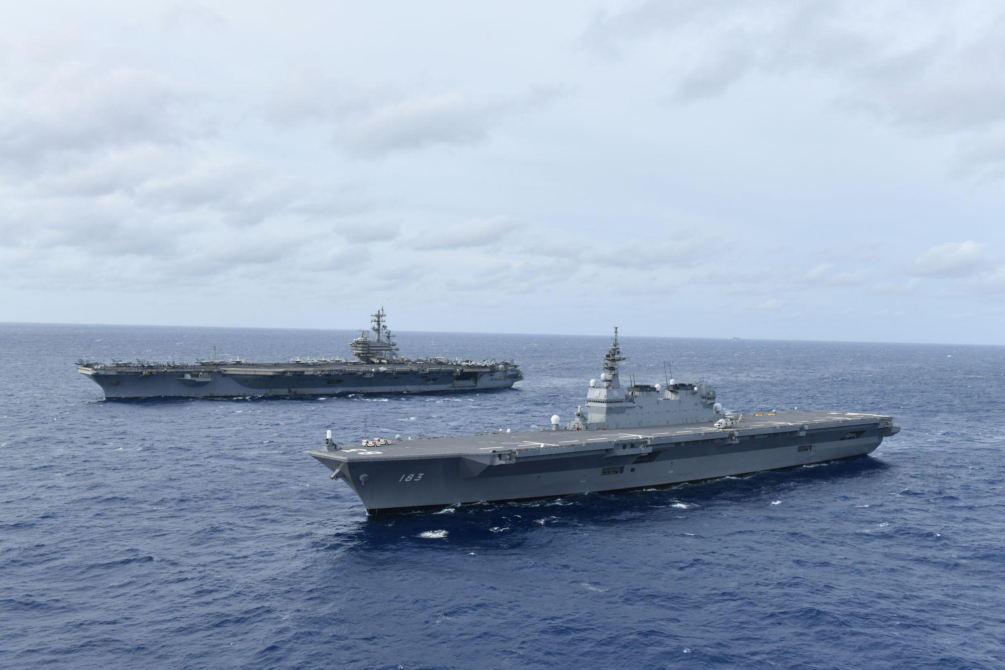 2019年6月11日,美軍航空母艦列根號(左)與日本海上自衛隊直升機護衛艦出雲號共同航行於南海。(U.S. Navy photo courtesy of JMSDF)