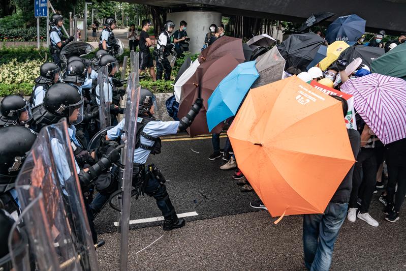 【七一遊行組圖2】港民以雨傘口罩抵抗噴椒和警棍