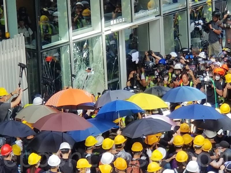 7月1日,在金鐘立法會,大樓外的示威者繼續與大樓內的警方對峙。(宋碧龍/大紀元)