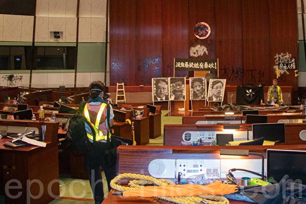 7月1日,部份港人衝入立法會大樓、並一度時期佔領立法會會議廳。(蔡雯文/大紀元)