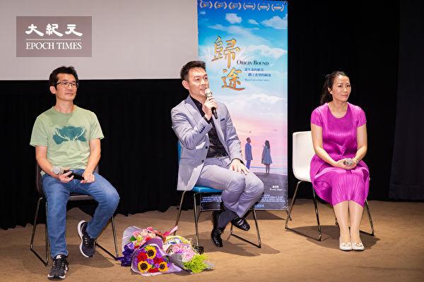 獲得美國阿克萊德電影節3項主要大獎的劇情片《歸途》,7月5日晚間在台北真善美劇院首映,男主角姜光宇(中)與台灣名導演魏德聖(左)出席映後座談,兩人相見與觀眾互動愉快。(陳柏州/大紀元)