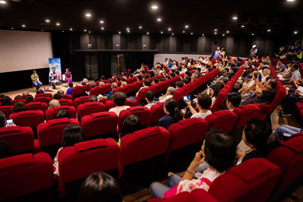 獲得美國阿克萊德電影節3項主要大獎的劇情片《歸途》,7月5日晚間在台北真善美劇院首映,男主角姜光宇與台灣名導演魏德聖出席映後座談,兩人相見與觀眾互動愉快。(陳柏州/大紀元)
