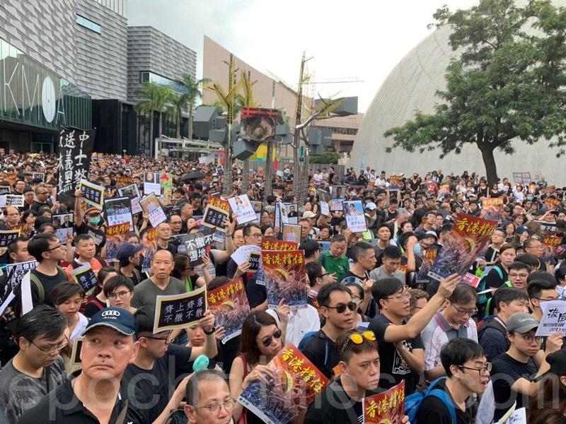 2019年7月7日,香港,港人自發舉辦九龍遊行反送中。大量市民仍然擠在彌敦道、梳士巴利道等一帶等候出發。(駱亞/大紀元)