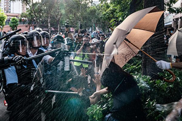 2019年7月13日,香港,「光復上水」遊行後,警民爆發衝突,警方對民眾施用胡椒噴霧。(Anthony Kwan/Getty Images)