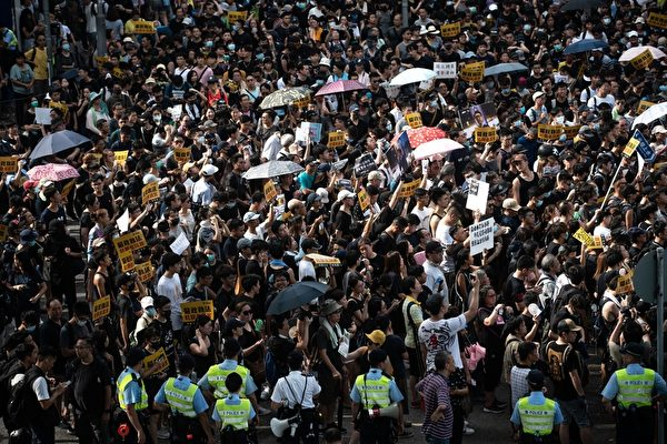 2019年7月13日,香港,「光復上水」遊行後,警民發生對峙。(PHILIP FONG/AFP/Getty Images)