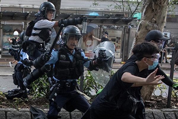 2019年7月13日,香港,「光復上水」遊行後,警民爆發衝突,港警對民眾揮棍、施胡椒噴霧。(Chris McGrath/Getty Images)