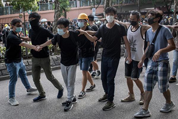 2019年7月13日,香港,「光復上水」遊行後,民眾搭起人牆與警方發生對峙。(Chris McGrath/Getty Images)