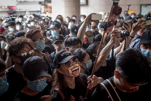 2019年7月13日,香港,「光復上水」遊行後群眾聚集不散。(Chris McGrath/Getty Images)