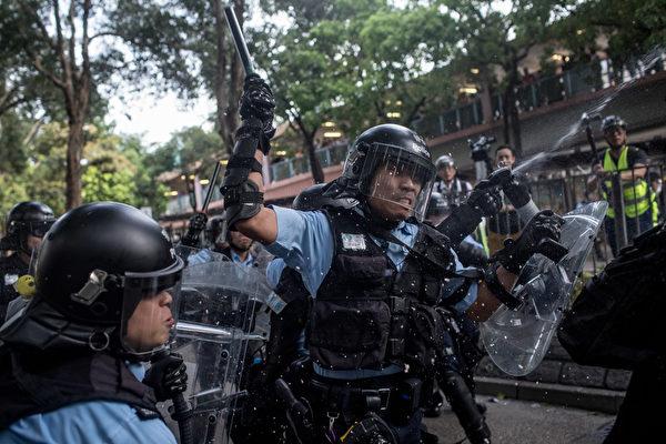 2019年7月13日,香港,「光復上水」遊行後,警民爆發衝突, 港警對民眾揮棍、施胡椒噴霧。(Chris McGrath/Getty Images)