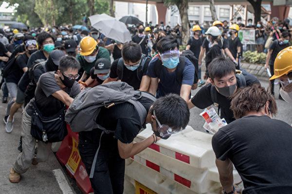 2019年7月13日,香港,「光復上水」遊行後,警民爆發衝突。(Chris McGrath/Getty Images)