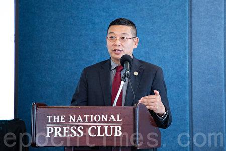 楊建利宣讀了多家人權機構的聯合聲明,呼籲美國政府制止中共迫害法輪功的暴行。(林樂予/大紀元)