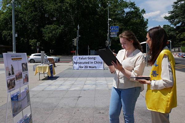 遊客簽名支持法輪功學員反迫害。(張妮/大紀元)