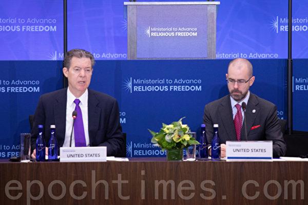美國國際宗教自由大使布朗貝克(Sam Brownback)主持大會。(林樂予/大紀元)