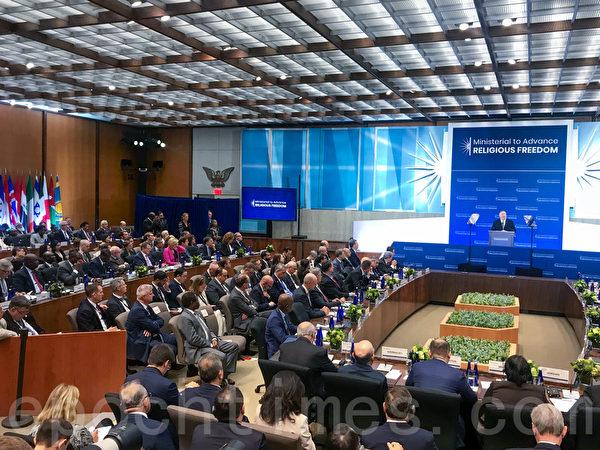 來自中國的受迫害法輪功學員張玉華,與全球上百個國家的外交官及非政府組織代表一道受邀出席大會。(林樂予/大紀元)