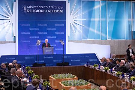 7月18日,美國副總統彭斯在宗教自由部長級會議上發言,批評中共迫害宗教自由,並表示美國人民會與有信仰的中國人民站在一起。(林樂予/大紀元)