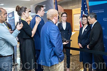 7月18日,法輪功學員張玉華(右二)在宗教自由部長級會議上接受媒體聯訪。(林樂予/大紀元)
