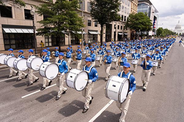 2019年7月18日,近二千名法輪功學員在華盛頓DC舉行法輪功反迫害20周年大遊行。圖為遊行隊伍的前導天國樂團。(戴兵/大紀元)