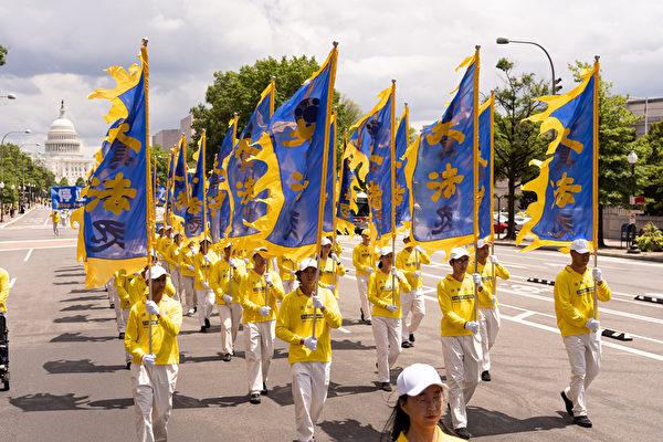 2019年7月18日,近二千名法輪功學員在華盛頓DC舉行法輪功反迫害20周年大遊行。圖為遊行隊伍中的豎旗隊。(戴兵/大紀元)