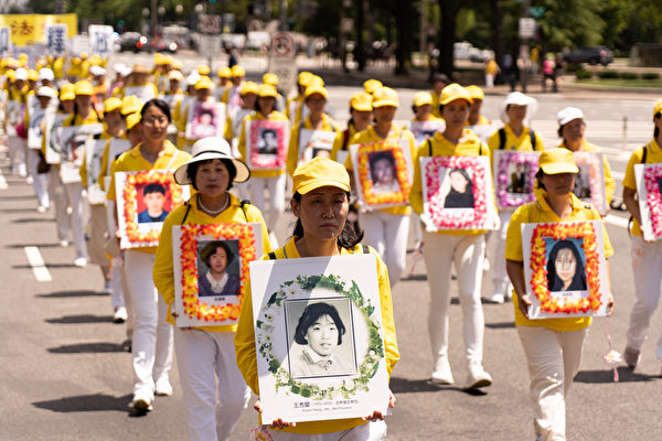 2019年7月18日,近二千名法輪功學員在華盛頓DC舉行法輪功反迫害20周年大遊行。圖為法輪功學員持在中國被迫害致死的法輪功學員遺照表達悼念。(戴兵/大紀元)