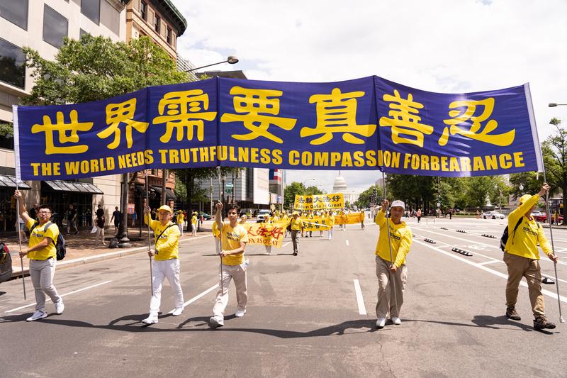 2019年7月18日,近二千名法輪功學員聚集在華盛頓DC舉行法輪功反迫害20周年大遊行。圖為法輪功學員以橫幅告訴世人「世界需要真善忍」。(戴兵/大紀元)