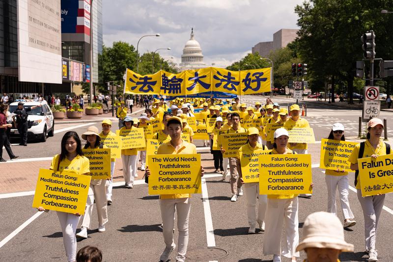 2019年7月18日,近二千名法輪功學員聚集在華盛頓DC舉行法輪功反迫害20周年大遊行。圖為法輪功學員以橫幅告訴世人「回歸傳統 人類才有出路」。(Mark Zou/大紀元)