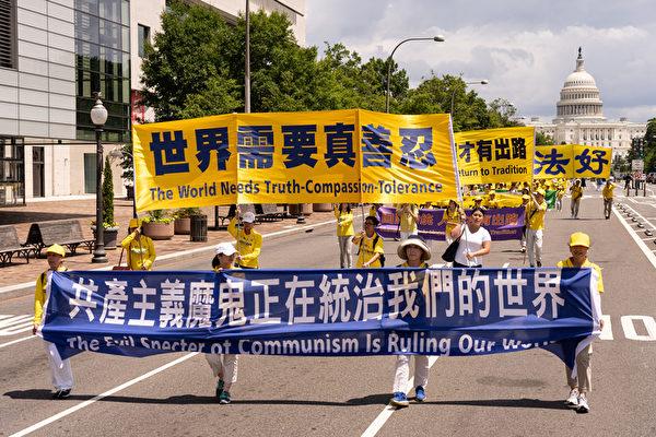 2019年7月18日,近二千名法輪功學員在華盛頓DC舉行法輪功反迫害20周年大遊行。圖為法輪功學員以大型橫幅告訴世人共產主義魔鬼正在統治我們的世界。(戴兵/大紀元)